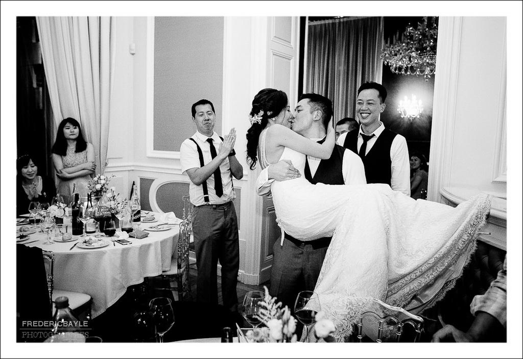 le marié portant sa femme dans ses bras