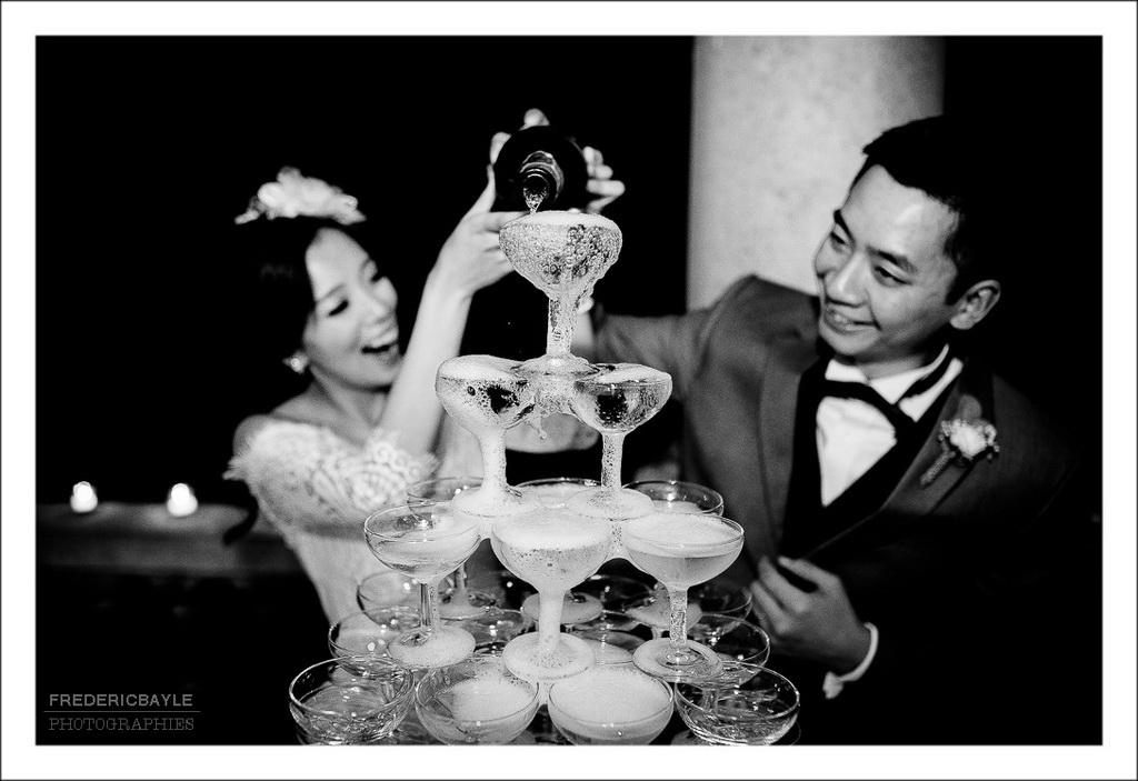 cascade de champagne, les mariés versant le champagne dans les coupes