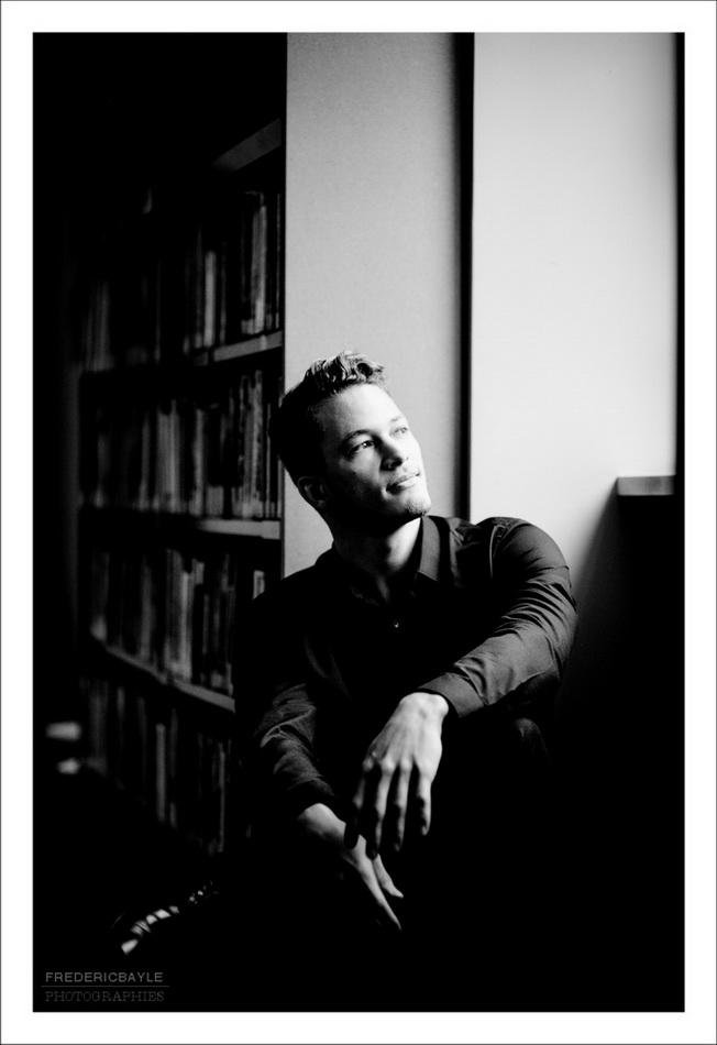 portrait en noir et blanc de l'écrivain regardant dehors