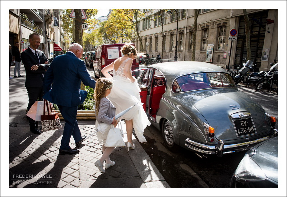 La mariée monte dans la Jaguar de Mariage pour aller à la Mairie du XVIème