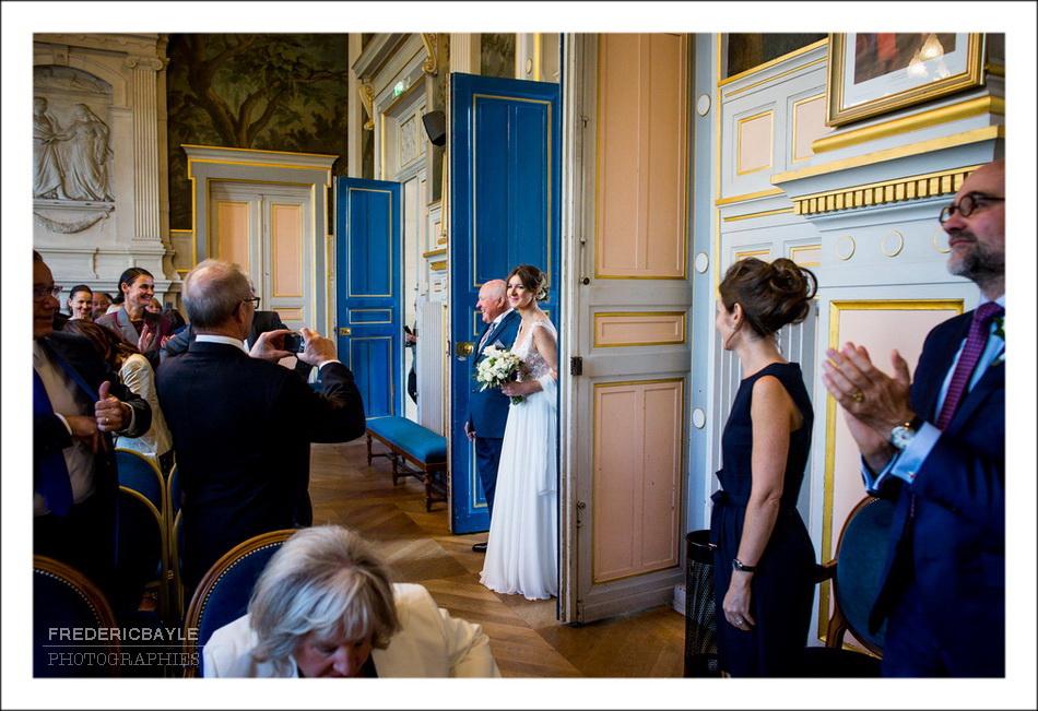 Arrivée de la mariée à la Mairie du XVIème à Paris et entrée dans la salle des mariages