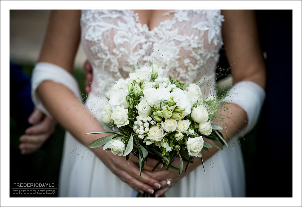 Gros plan sur le bouquet de mariage de la mariée