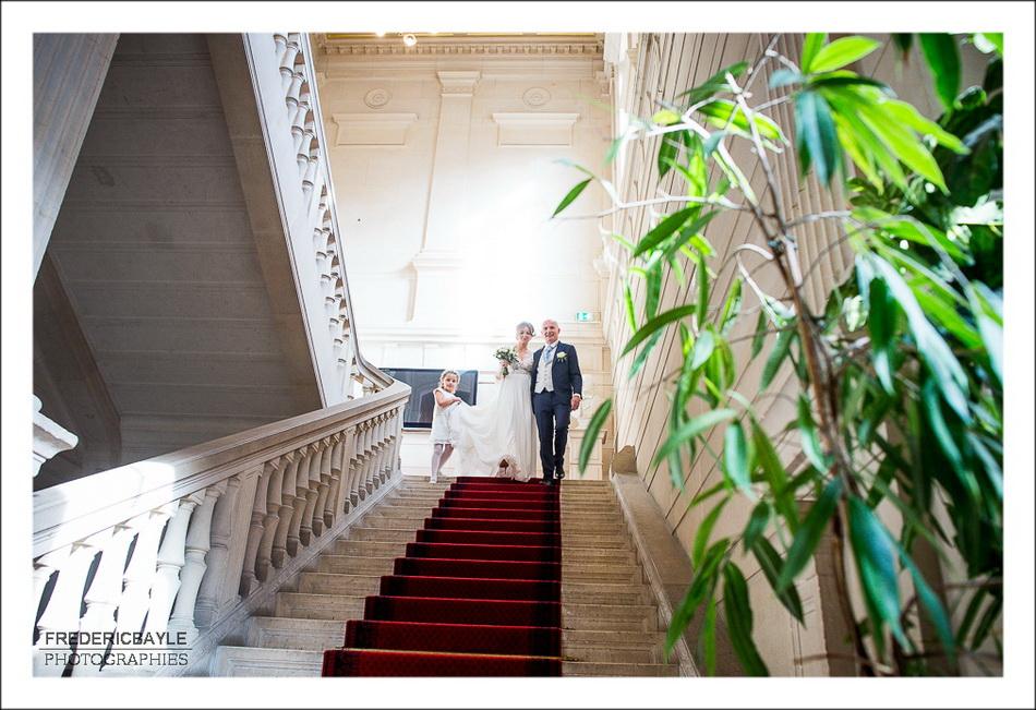 Sortie des mariés de la mairie de Paris après la cérémonie civile