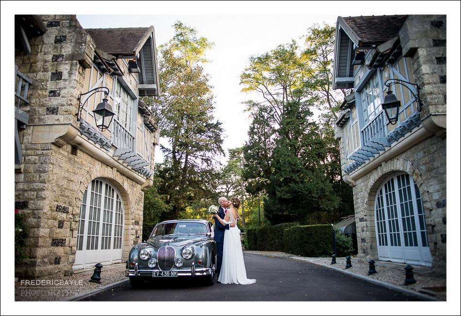 Arrivée des mariés au Pré Catelan dans le Bois de Boulogne, photos avec la voiture de mariage.