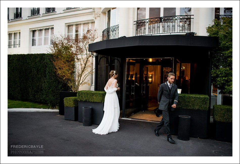 Entrée de la mariée pour le Début du vin d'honneurpour ce mariage  au Pré Catelan