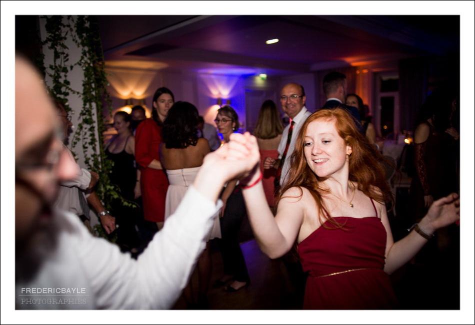 Sur le dancefloor pendant la soirée du mariage au Pré Catelan