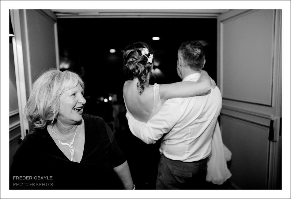 le marié enlève la mariée à la fin de la soirée pour la nuit de noces