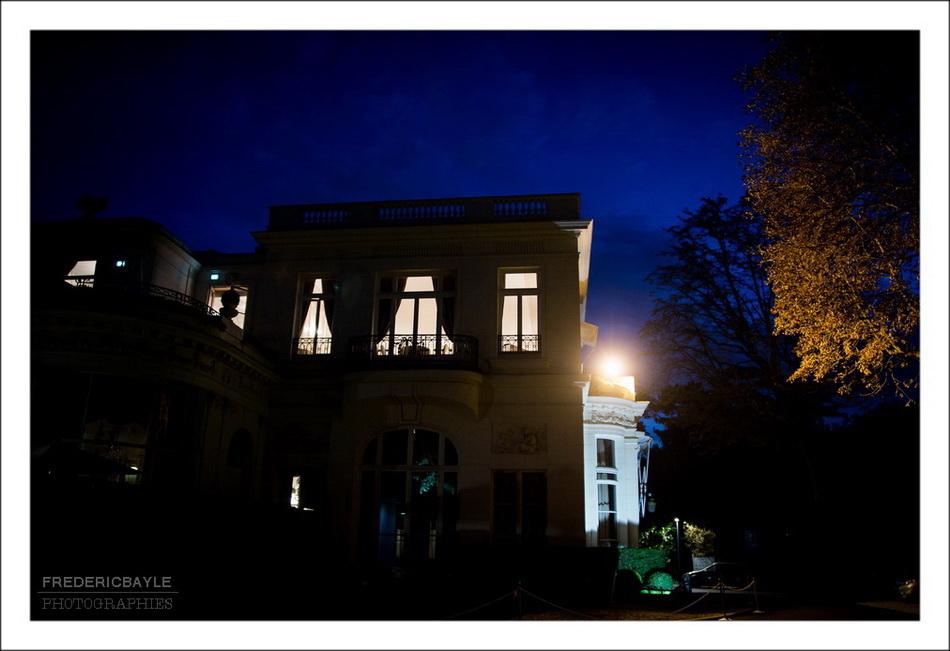 Vue d'ensemble du Pré Catelan de nuit, après la fin de la réception de mariage
