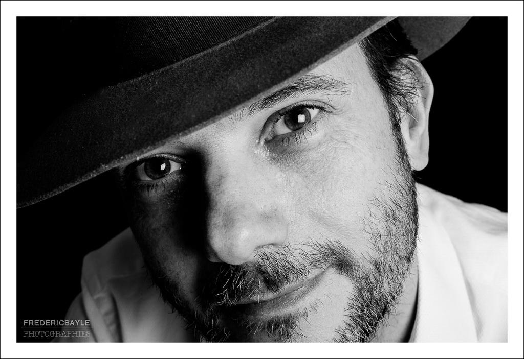 gros plan au chapeau en noir et blanc