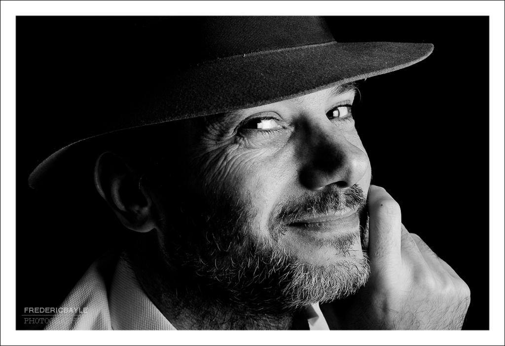 portrait au chapeau et en noir et blanc en mode cinéma