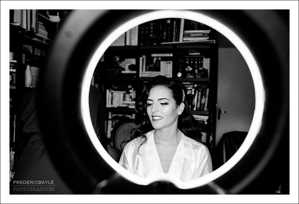 Photo en noir et blanc des préparatifs de la mariée