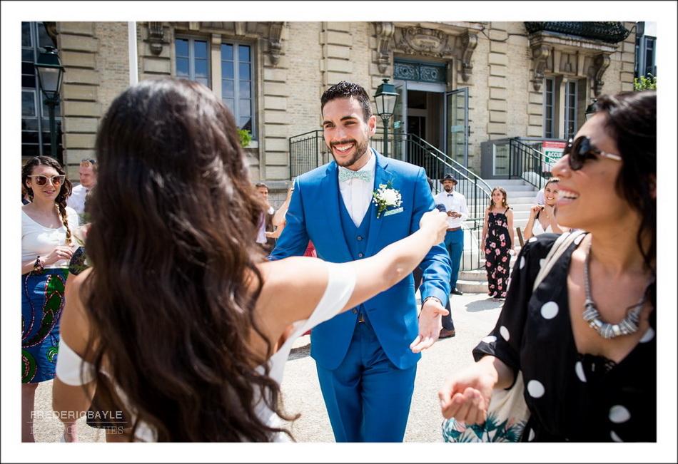 Arrivée des mariés à la mairie pour la cérémonie civile