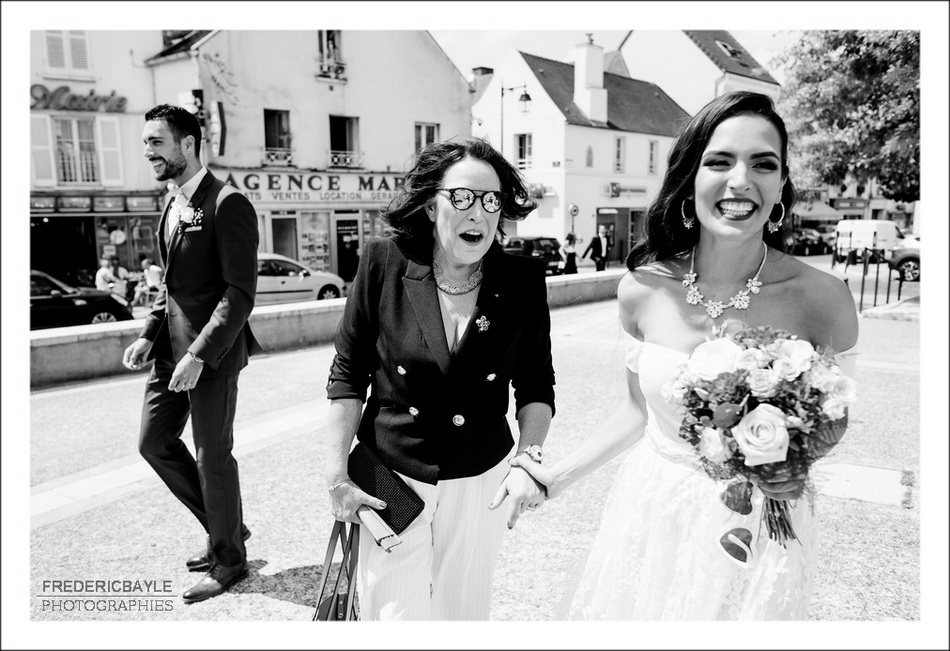 Photo en noir et blanc de la mariée avec sa maman