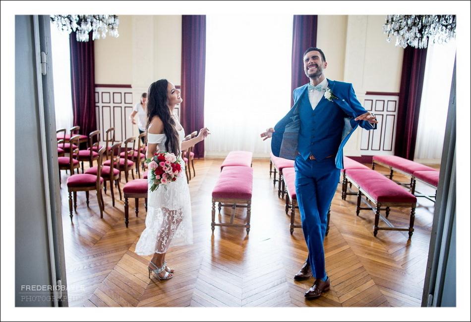 Fin de la cérémonie civile, les mariés sont joyeux !