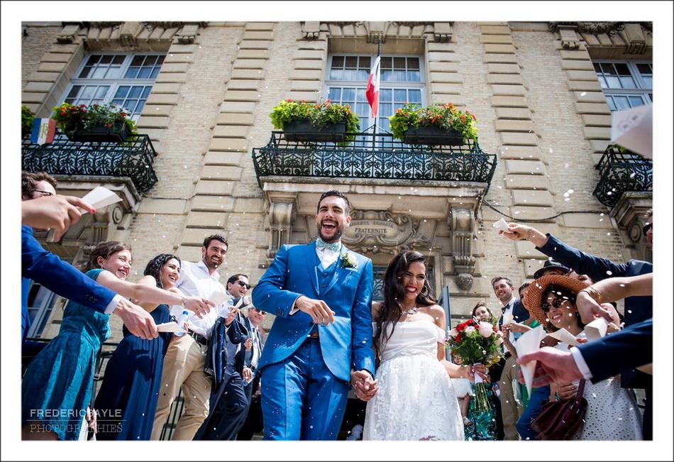 Sortie des mariés de la mairie sous les applaudissements