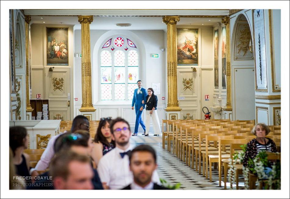 L'entrée du marié avec sa maman à l'église