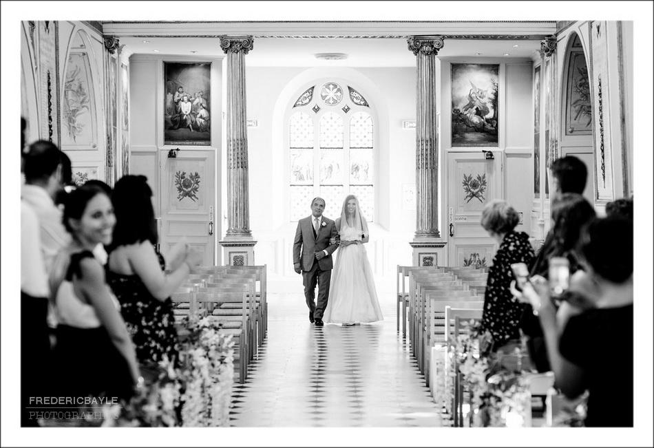 Entrée de la mariée à l'église avec son papa