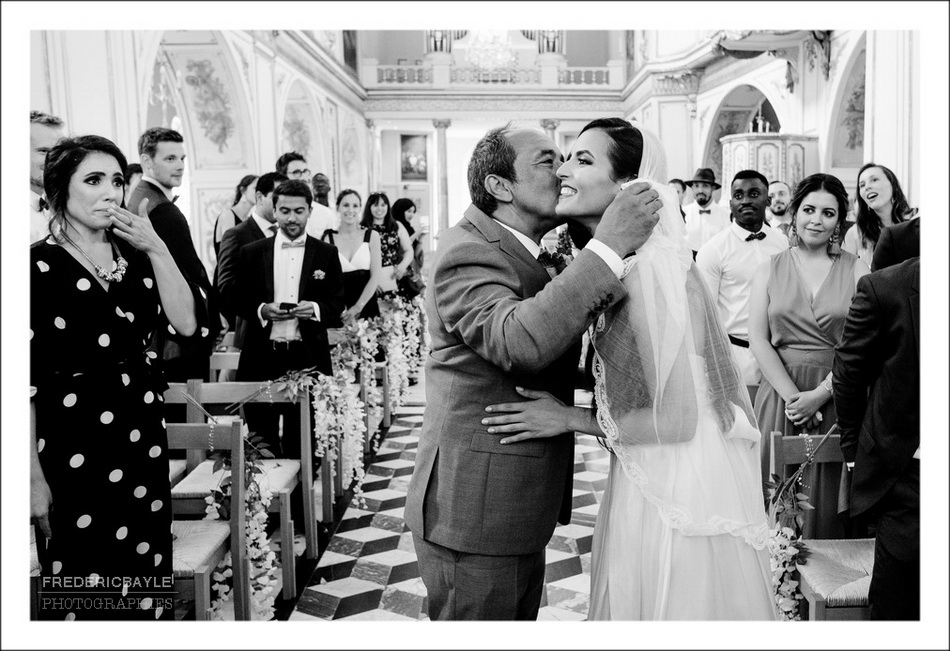 La mariée arrive à l'autel au bras de son père