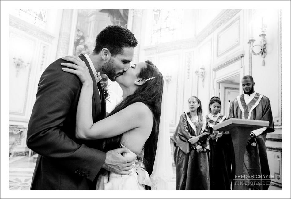 Le baiser des mariés après la cérémonie des alliances