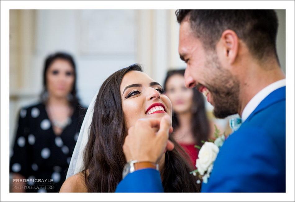 Gros plan du baiser des mariés