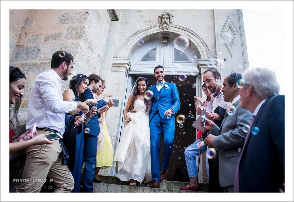 La sortie des mariés après la cérémonie religieuse du mariage