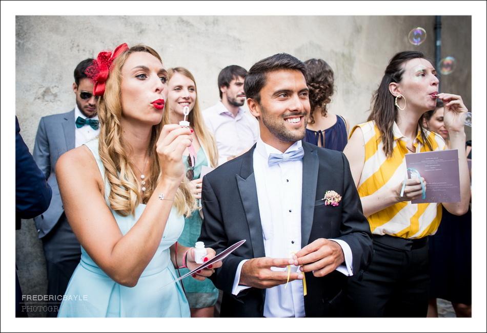 Les invités du mariage envoient des fleurs vers les mariés