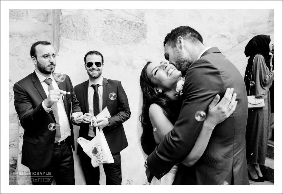 Le baiser des mariés après la cérémonie religieuse du mariage