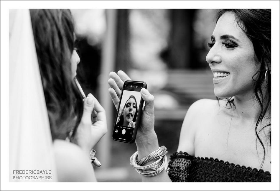 Au Moulin de Mistou, la mariée se fait une retouche maquillage