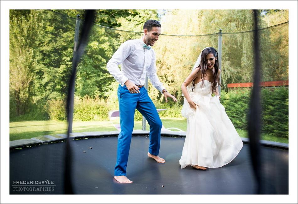 Les mariés s'amusent sur le trempoline