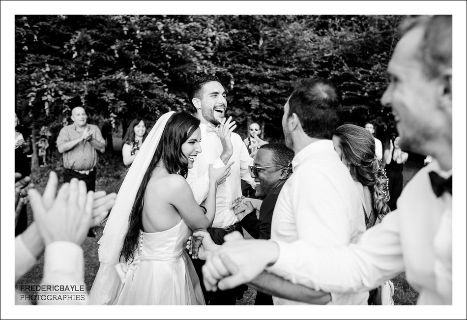 Photos en noir et blanc des mariés riant avec leurs invités