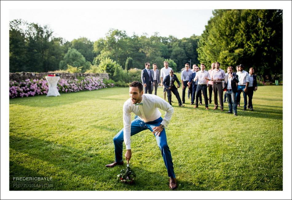 Le lancer du bouquet de mariage... par le marié !