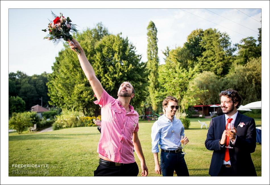 C'est un invité qui a attrapé le bouquet du mariage !
