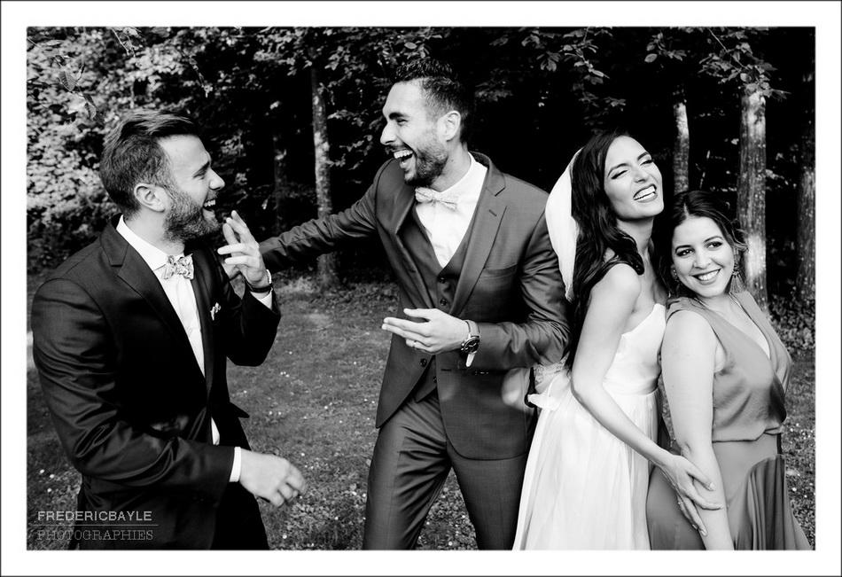 Photo de groupe des mariés avec leurs invités