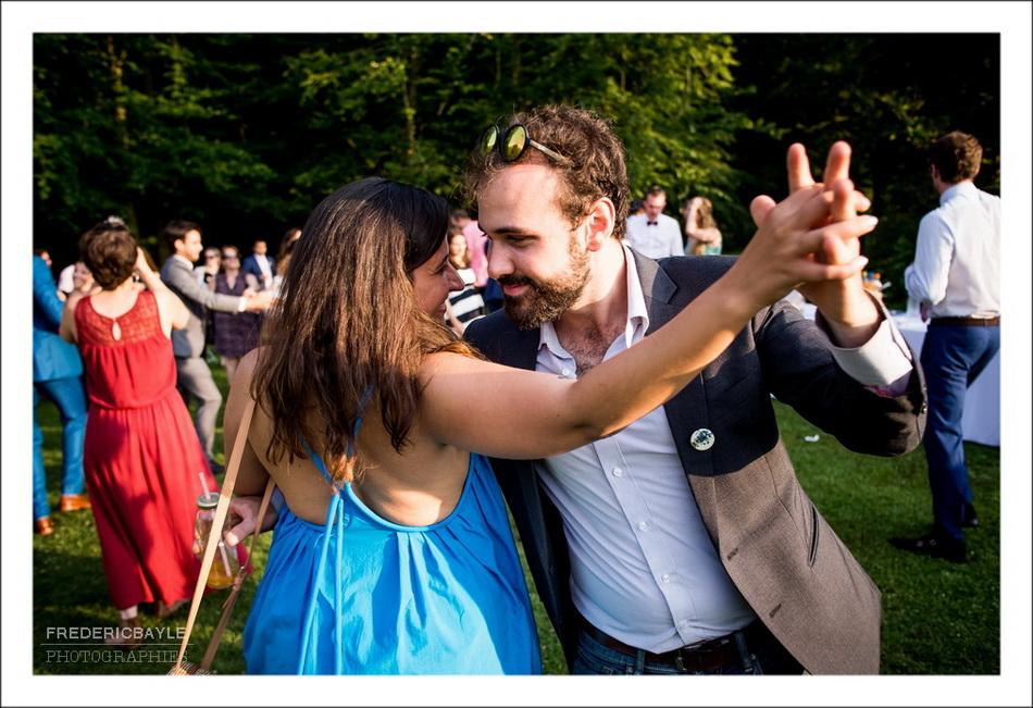 Dance avec tout le monde dans le parc du Moulin de Mistou