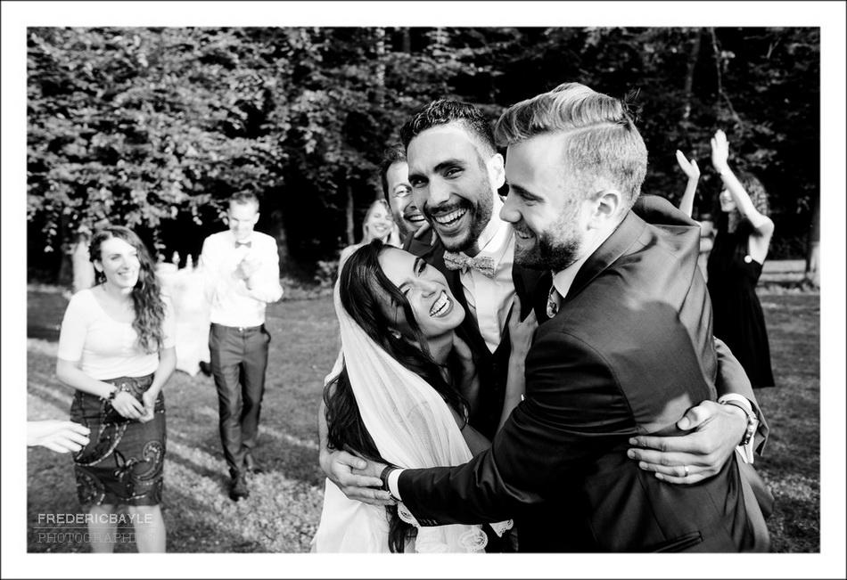 Photo du vin d'honneur du mariage : on rigole !