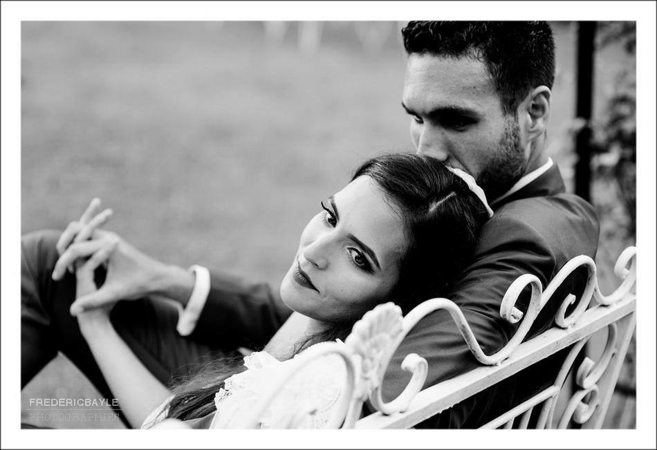 Belle photo en noir et blanc des mariés