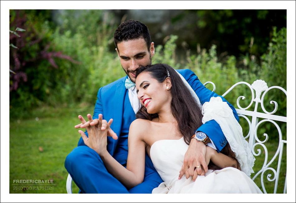 Photo en couleur des mariés qui se prennent la main