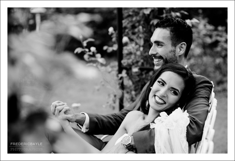 Beau moment de rire entre les deux mariés