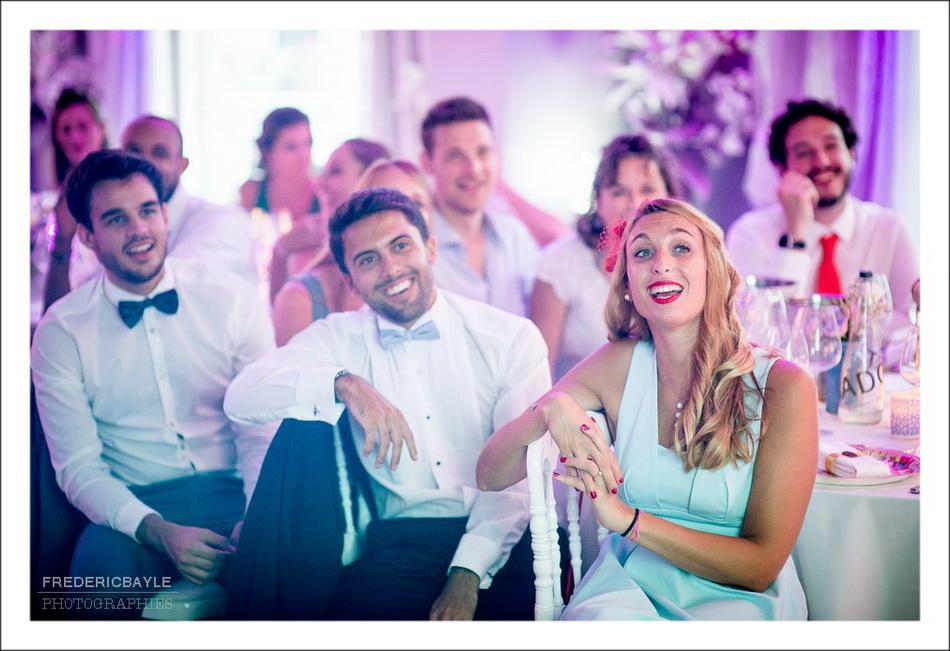 Les invités rient en regardant le diaporama