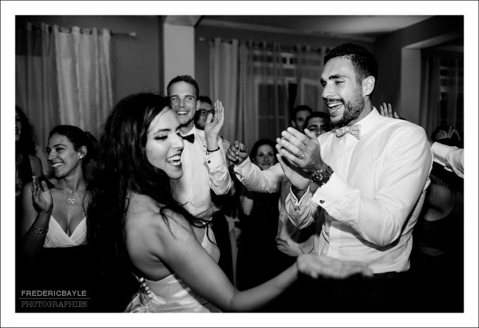 Les mariés dansent avec leurs invités