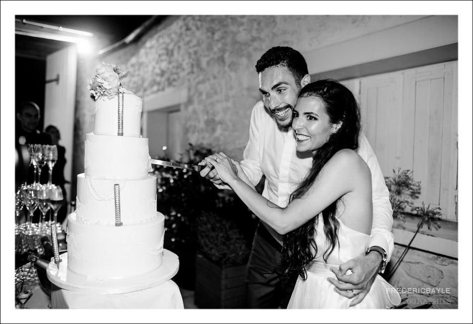 Les mariés coupent la pièce montée du mariage