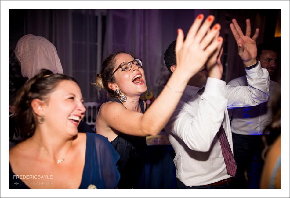 Photo en noir et blanc des mariés pendant l'ouverture du bal