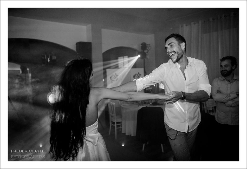 Moment de franche rigolade des mariés avec leurs invités