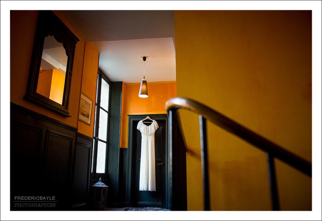 Vu de la robe de mariage dans l'escalier de la chambre d'hôtes Parseval