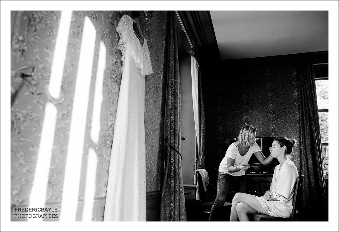 Plan de la mariée et sa robe de mariage suspendue