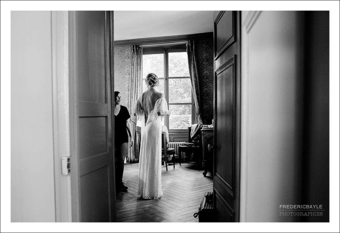 Vu de la mariée de dos avec sa robe de mariage