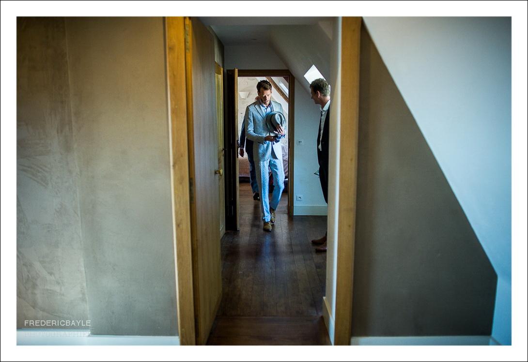 Le marié quitte sa chambre pour rencontrer la mariée