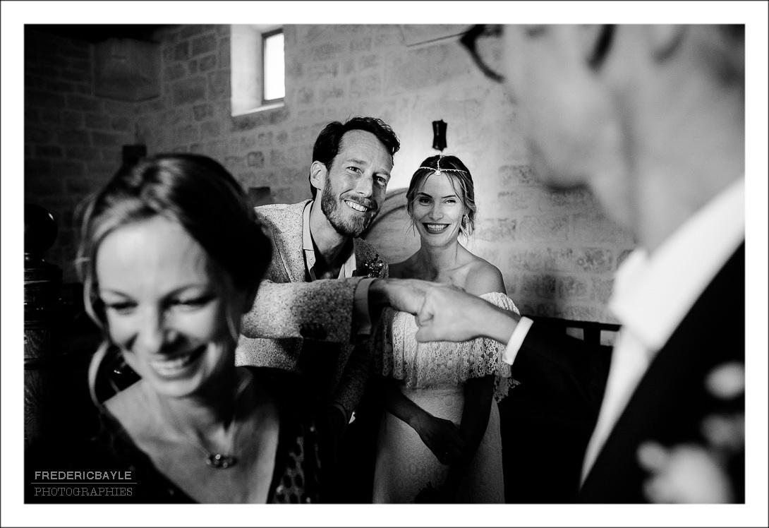 scène de rigolade entre les mariés et leurs amis