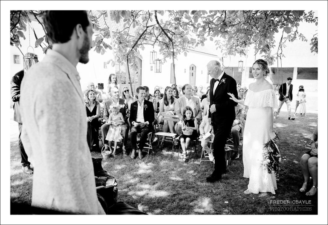 la mariée arrivant avec son papa