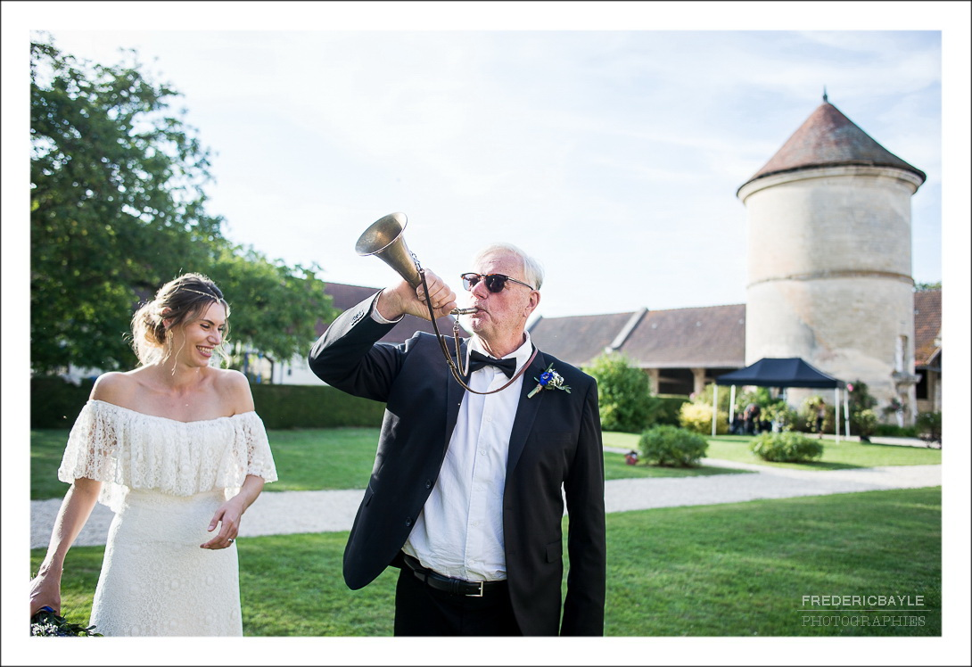 le papa de la mariée sonne le clairon pour le bouquet de mariage
